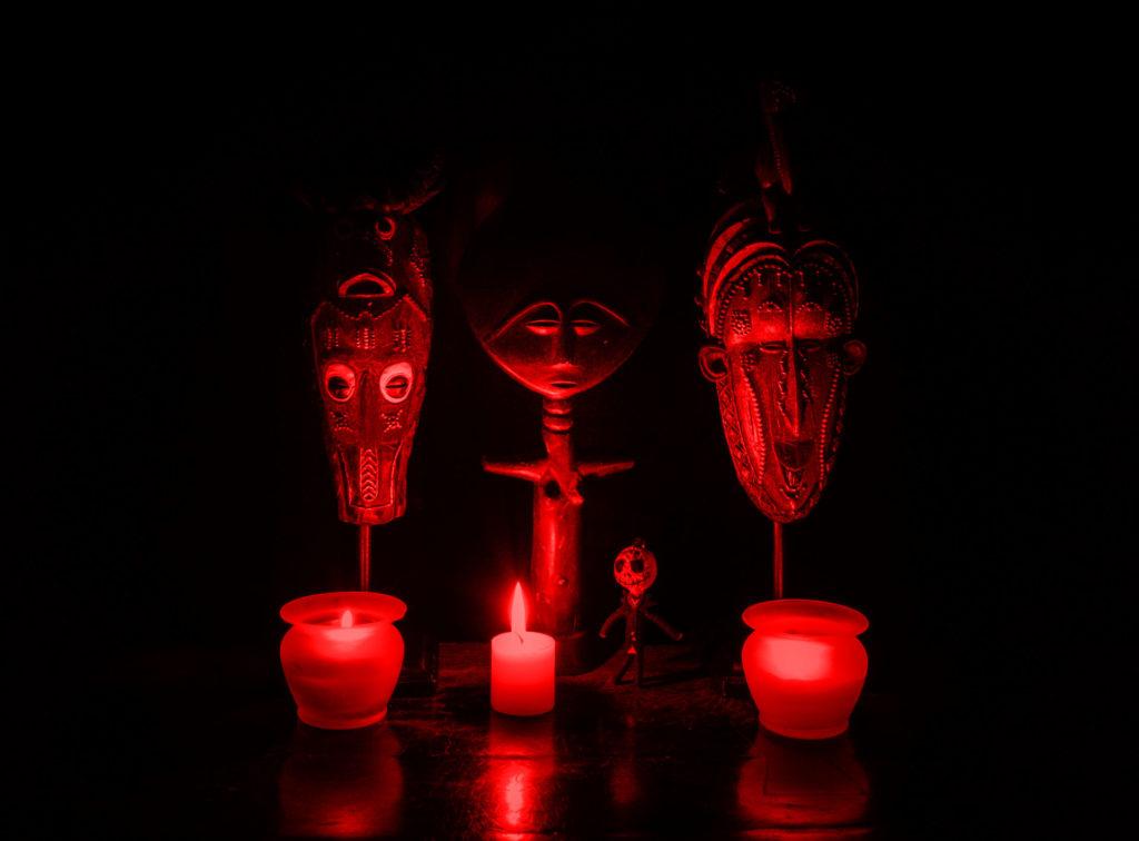 Totems vaudous et bougies